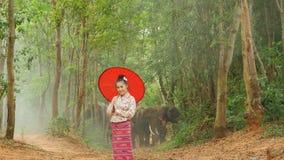 Portret van aantrekkelijke Aziatische vrouw die in traditioneel zuidoostaziatisch kostuum aan camera glimlachen stock footage