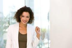 Portret van aantrekkelijke bedrijfsvrouw stock afbeeldingen