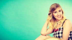 Portret van aantrekkelijke blondevrouw in gecontroleerde bovenkant Stock Afbeelding