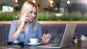 Portret van aantrekkelijke elegante jonge en onderneemster die gebruikend smartphone glimlachen spreken stock video