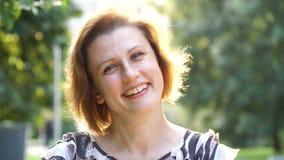 Portret van Aantrekkelijke Glimlachende Kaukasische het Behoren tot een bepaald ras Jonge Vrouw in het park stock video