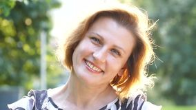 Portret van Aantrekkelijke Glimlachende Kaukasische het Behoren tot een bepaald ras Jonge Vrouw in het park stock footage