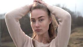 Portret van Aantrekkelijke Glimlachende Kaukasische het Behoren tot een bepaald rasvrouw in Stedelijk Milieu stock footage