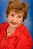 Portret van aantrekkelijke hogere vrouw in rode blouse Royalty-vrije Stock Foto