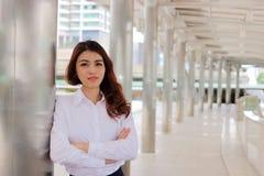 Portret van aantrekkelijke jonge Aziatische onderneemster die zekere stellende buitenkant op stedelijke achtergrond kijken Het co Royalty-vrije Stock Foto's