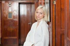 Portret van aantrekkelijke jonge blonde vrouw royalty-vrije stock fotografie