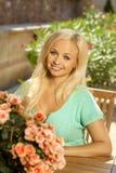 Portret van aantrekkelijke jonge blondedame Stock Foto's