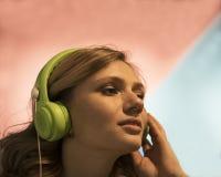 Portret van Aantrekkelijke Jonge Blondevrouw in Geul die Hoofdtelefoons proberen royalty-vrije stock afbeelding