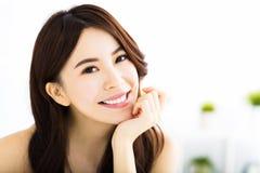 Portret van aantrekkelijke jonge glimlachende vrouw Royalty-vrije Stock Afbeeldingen