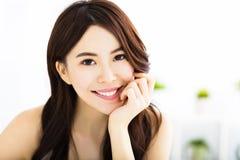 Portret van aantrekkelijke jonge glimlachende vrouw Stock Afbeeldingen