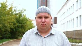 Portret van aantrekkelijke jonge moslimzakenman die die camera bekijken stock videobeelden