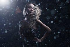 Portret van aantrekkelijke jonge vrouw Stock Afbeeldingen