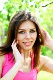 Portret van aantrekkelijke jonge vrouw in een close-up van het de zomerpark royalty-vrije stock fotografie