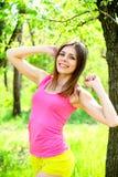 Portret van aantrekkelijke jonge vrouw in een de zomerpark royalty-vrije stock afbeeldingen