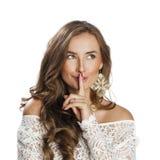 Portret van aantrekkelijke jonge vrouw met vinger op lippen royalty-vrije stock afbeeldingen