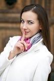 Portret van aantrekkelijke jonge vrouw met vinger op lippen Stock Afbeeldingen