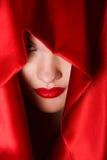 Portret van aantrekkelijke jonge vrouw in rode kap Stock Foto