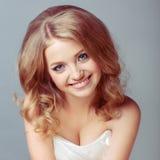 Portret van aantrekkelijke Kaukasische glimlachende blonde vrouw Royalty-vrije Stock Afbeelding