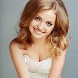 Portret van aantrekkelijke Kaukasische glimlachende blonde vrouw Stock Afbeelding