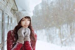 Portret van aantrekkelijke Kaukasische glimlachende gelukkige vrouw met sneeuw Gelukkig glimlachend meisje Meisje met mittendspel Stock Foto's