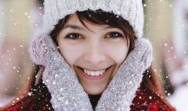Portret van aantrekkelijke Kaukasische glimlachende gelukkige vrouw met sneeuw Gelukkig glimlachend meisje Meisje met mittendspel Royalty-vrije Stock Foto's