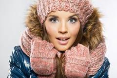 Portret van aantrekkelijke mooie jonge glimlachende vrouw die glo dragen stock afbeelding