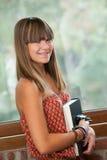 Portret van aantrekkelijke tiener met boek. stock afbeelding