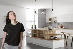 Portret van aantrekkelijke vrouw in keuken Royalty-vrije Stock Afbeelding