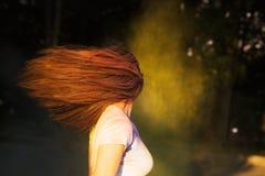 Portret van aantrekkelijke vrouw met het lange haar spelen met droog col. Stock Afbeelding