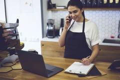 Portret van aantrekkelijke vrouwelijke barista die in cafetaria werken royalty-vrije stock afbeeldingen