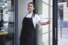 Portret van aantrekkelijke vrouwelijke barista die in cafetaria werken stock foto