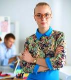 Portret van aantrekkelijke vrouwelijke ontwerper in bureau Royalty-vrije Stock Afbeelding
