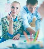 Portret van aantrekkelijke vrouwelijke ontwerper in bureau Stock Foto
