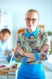 Portret van aantrekkelijke vrouwelijke ontwerper in bureau Stock Afbeelding