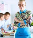 Portret van aantrekkelijke vrouwelijke ontwerper in bureau Stock Afbeeldingen