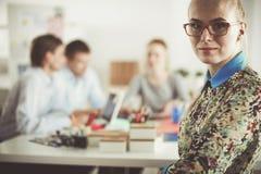 Portret van aantrekkelijke vrouwelijke ontwerper in bureau Vrouwelijke ontwerper Stock Afbeelding