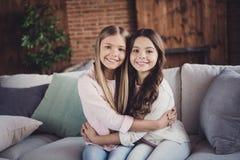 Portret van aardige zoete mooie aantrekkelijke offerte twee die vrolijke vrolijke vriendschappelijke vriendelijke meisjes charmer stock foto