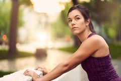 Portret van actieve millenial vrouwenjogging bij schemer met stedelijke cityscape en zonsondergang op de achtergrond stock foto's