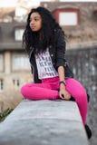 Portret van Afrikaanse Amerikaanse tiener listenin stock afbeelding