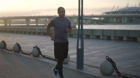 Portret van Afrikaanse sportmanjogging op zonnige stedelijke stoep stock video