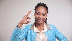 Portret van afro Amerikaans meisje dat aantoont dat allen fijn is stock video