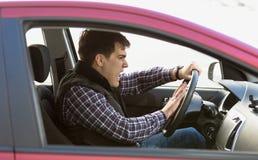 Portret van agressieve mannelijke bestuurder die in opstopping toeteren Royalty-vrije Stock Fotografie