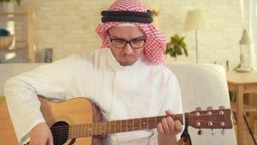 Portret van Arabische mens het spelen gitaar stock footage