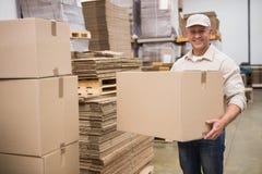 Portret van arbeiders dragende doos Stock Afbeelding
