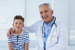Portret van arts en patiënt Stock Afbeeldingen