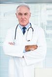 Portret van arts met stethoscoop stock fotografie