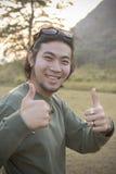 Portret van Aziatisch hipstermens toothy het glimlachen gezicht met geluk royalty-vrije stock foto's