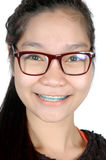 Portret van Aziatisch jong meisje met glazen en steunen Stock Afbeeldingen