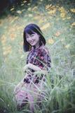 Portret van Aziatisch jonger vrouw toothy het glimlachen gelukgezicht binnen stock afbeeldingen