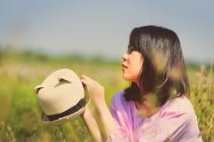 Portret van Aziatisch meisje die een roomijs eten stock foto's
